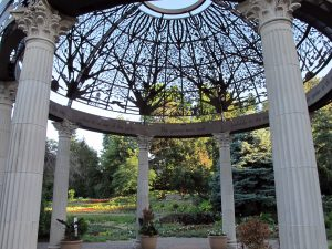 Sunken Gardens, Lincoln, Nebraska, USA photo by: Sunken Gardens Pavilion ⎸©Hanyou23/ wikicommons